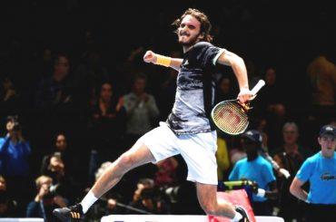 Tenista Stefanos Tsitsipas vence a Medvedev y le aleja de Federer en Finales de ATP