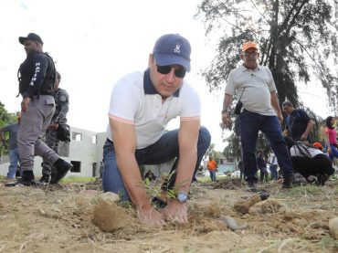 Alcalde Abel Martínez encabeza otra exitosa jornada de reforestación en avenida del Arroyo