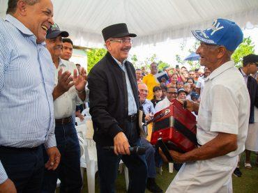 Hombres y mujeres de Monte Plata reciben apoyo de Danilo. Aumentarán ingresos con proyecto cacao y buen pan, panadería y taller uniformes