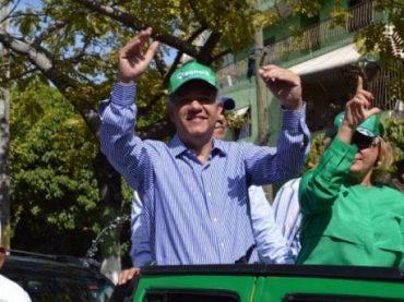 Leonel Fernández recorre sectores SDE en respaldo a candidatos municipales de la Fuerza del Pueblo