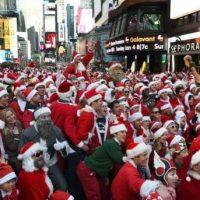 Centenares de Papá Noel y otros personajes navideños inundan calles de New York