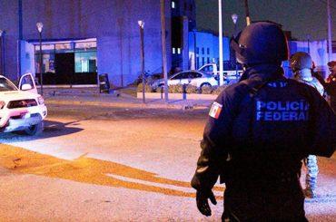 Matan a tres policías y secuestran a cinco personas en el centro de México