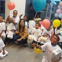 Payless dona zapatos a niños de la Red Misericordia y Aprender y Crecer