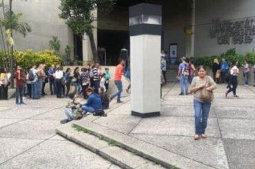 """Venezuela: Hacen filas para visas RD, """"no nos quieren en ningún lado"""""""