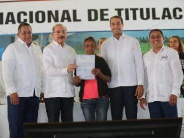 Presidente Danilo Medina entrega 1,911 títulos definitivos de parcelas y solares en Montecristi