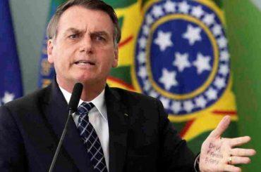 """Bolsonaro se mofa de periodista acosada por investigación sobre """"fake news"""""""