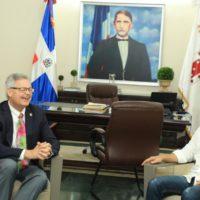 Alcalde Abel Martínez se reúne en su despacho con su homólogo de Fort Myers y recibe las llaves de esa ciudad